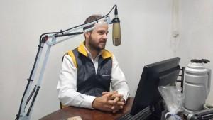Emanuel Antúnez Clerc en los estudios de FM Popular 96.3