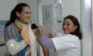 La Dra. Flavia Maidana fue vacunada en el Centro de Salud de Aranguren por la Enfermera Olga Sosa Mayo de 2016